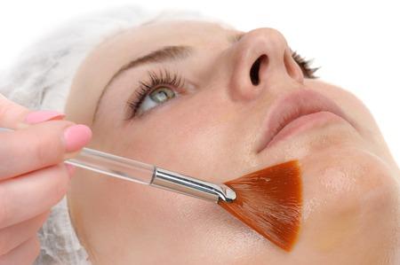 pulizia viso: salone di bellezza, maschera peeling viso agli acidi della frutta e retinolo Archivio Fotografico
