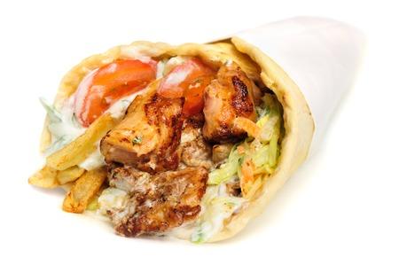 griechische Gyros mit Fleisch, Salat, Zwiebeln, Tomaten und Kartoffeln, gefüllt