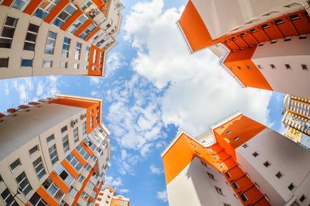 새로운 아파트 건물 외관의 어안 샷