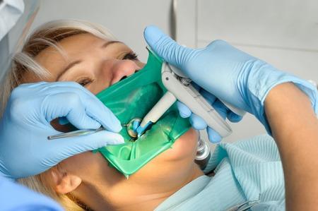 tandarts met de patiënt, het schoonmaken en het uitharden Stockfoto