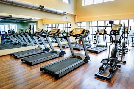ejercicio aer�bico: Cintas de correr en un gimnasio Foto de archivo