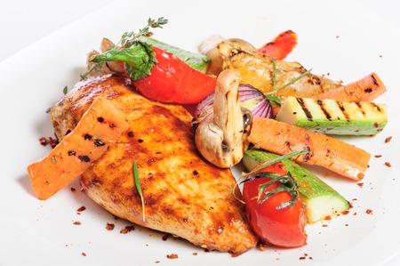 Filet et légumes de poulet grillé