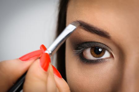 mujer maquillandose: Aplicaci�n de maquillaje perfecto