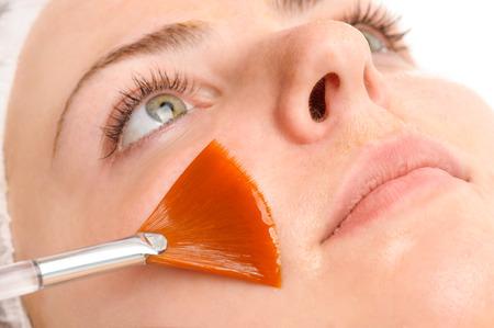 volti: maschera peeling viso applicando Archivio Fotografico