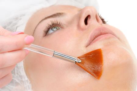 tratamientos faciales: m�scara de peeling facial aplicando