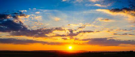 cielo con nubes: Alta resolución panorama colorido espectacular puesta de sol