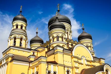 the church: Iglesia principal en el Monasterio Hancu, República Moldova
