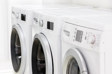 Linie von Wäschereimaschinen Standard-Bild