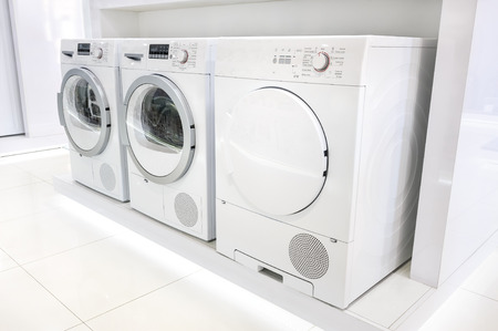 가전 제품 가게에서 세탁하는