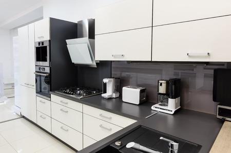 현대 럭셔리 하이 - 테크 검은 색과 흰색 부엌 인테리어, 깔끔한 디자인 스톡 콘텐츠
