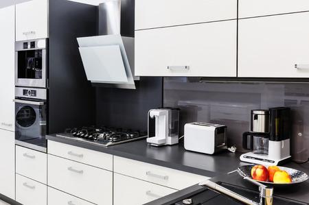 utensilios de cocina: Moderno lujo hi-tek cocina en blanco y negro de interiores, diseño limpio Foto de archivo