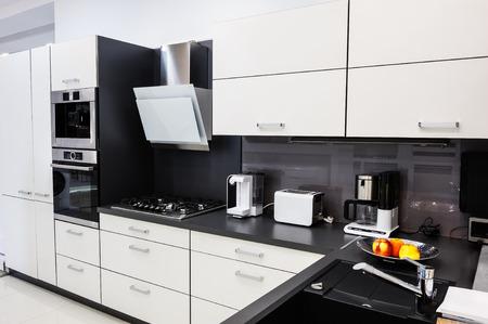 Moderno lujo hi-tek cocina en blanco y negro de interiores, diseño limpio Foto de archivo - 46737991