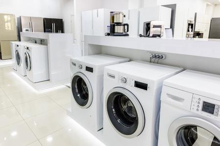 Máquinas, refrigeradores y otros electrodomésticos o equipos relacionados con el lavado de la tienda al por menor
