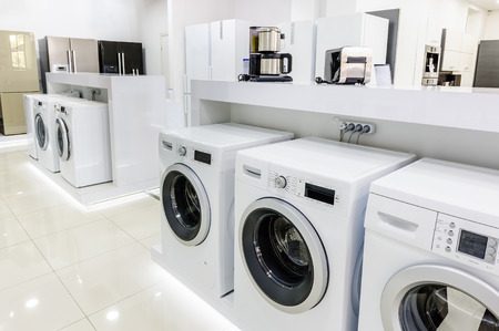 Máquinas, refrigeradores y otros electrodomésticos o equipos relacionados con el lavado de la tienda al por menor Foto de archivo - 46737997