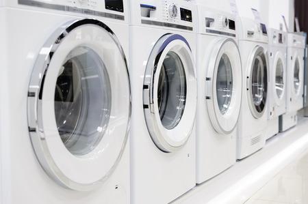 hilera: Lavadoras, secadora y otros equipos electrodomésticos en la tienda Foto de archivo