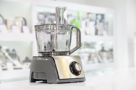 enkele elektrische food processor op detailhandelplank, onscherpe achtergrond