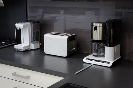 Moderno lujo hi-tek cocina en blanco y negro de interiores, diseño limpio