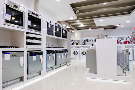 Gas y hornos eléctricos y otros aparatos o equipos relacionados con el hogar en la sala de exposición tienda al por menor Foto de archivo