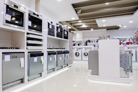 Gaz et fours électriques et un autre appareil ou équipement de la maison liés dans le magasin d'exposition de détail Banque d'images - 54350295