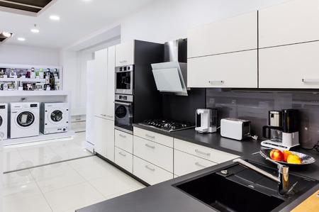 Showroom at retail appliances store, modern kitchem and washing mashines Stockfoto