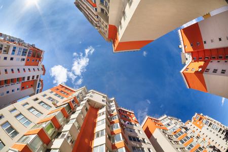 construccion: disparo de ojo de pez de apartamentos nuevos edificios exterior Foto de archivo