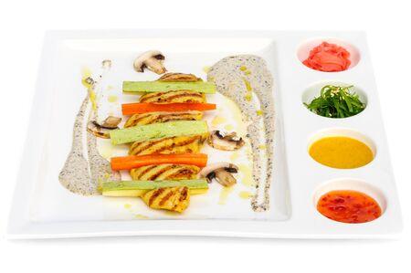 algas marinas: Filete de pollo y calabaza con varias adiciones tales como algas Chuka, jengibre en vinagre y tres tipos de salsas en plato cuadrado blanco Foto de archivo