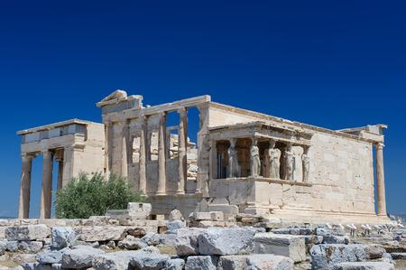 templo griego: Seis cariátides o Karyatides en el pórtico del Erecteion en la Acrópolis de Atenas. Foto de archivo