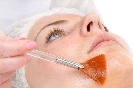 schoonheidssalon, gezichtspeeling masker met retinol en fruitzuren