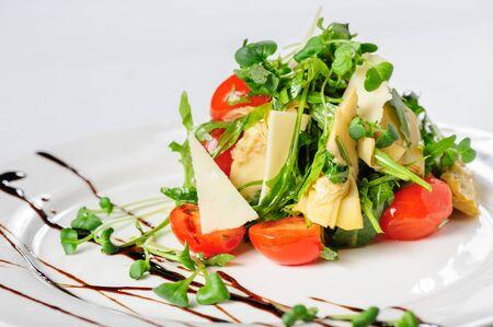 ensalada con alcachofa en el plato blanco