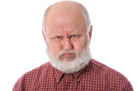 Älterer Mann zeigt resentful Mimik, isoliert auf weiß