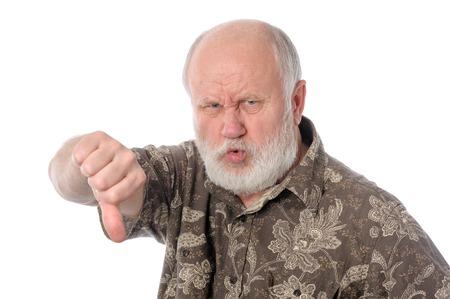 Älterer Mann zeigt den Daumen nach unten Geste, isoliert auf weißem