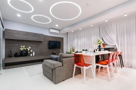 다 이닝 테이블이있는 현대적인 흰색 거실