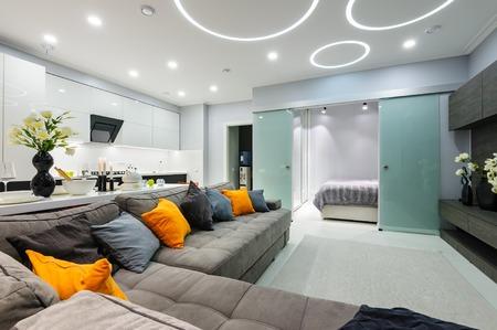 침실 문을 열고 현대 흰색 거실 스톡 콘텐츠