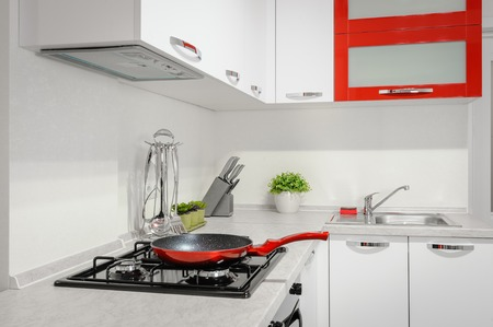 Interior de cocina moderno rojo y blanco
