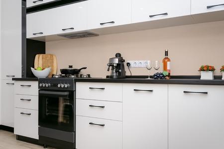 Moderne zwart-witte keuken