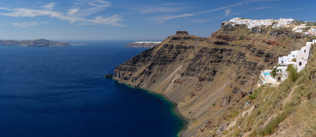 Vista desde la aldea de Fira al mar de la caldera en la isla de Santorini, Grecia
