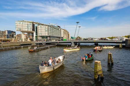 Sightseeng in front of DoubleTree Hilton hotel, around the Central Station of Amsterdam 에디토리얼