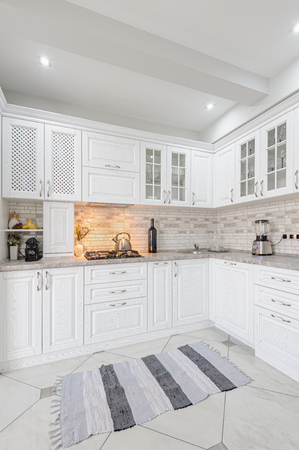 modern wit houten keukeninterieur