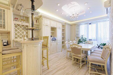 Interiore della cucina moderna di lusso beige e bianco