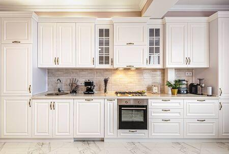 Interno bianco moderno di lusso della cucina