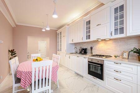 Interior de cocina blanca moderna de lujo Foto de archivo