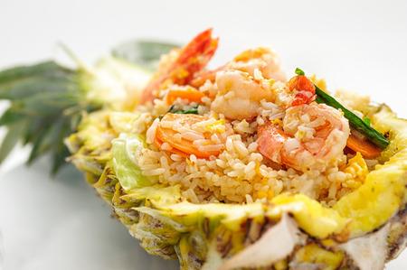 arroz blanco: Arroz frito con marisco servido en una piña aislado en blanco Foto de archivo