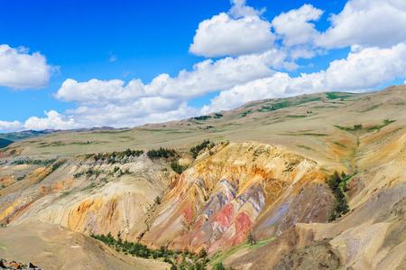 Kyzyl-Chin 근처 알타이 대초원에서 수은 발생의 여러 가지 빛깔의 토양 스톡 콘텐츠