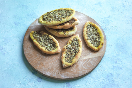 Scones with Zatar. Manakish Arabic on a wooden tray. Arabic cuisine Imagens