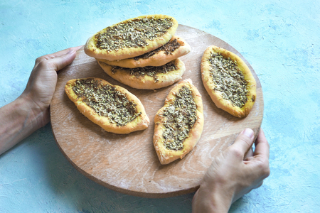Scones with Zatar. Manakish Arabic on a wooden tray. Arabic cuisine Imagens
