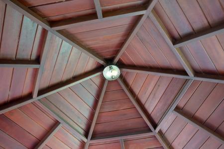 Arco de madera. Cenador de jardín de techo de madera roja