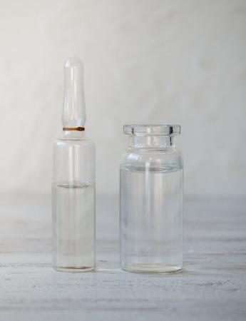 Glasampullen mit Medikamenten auf dem Tisch. Standard-Bild