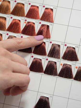 Selection of a shade of hair dye. Color of hair dyes. 스톡 콘텐츠