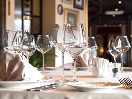 Na stole podawane są puste kieliszki do wina.