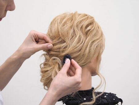 Haarstyling an einer Schaufensterpuppe trainieren